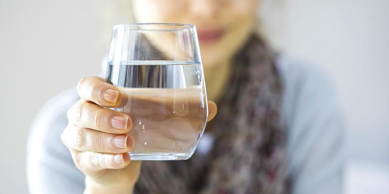 Il fabbisogno di acqua: quanto bere e false credenze sull'acqua