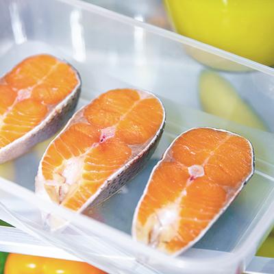Tranci di pesce in frigo