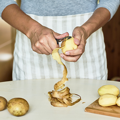 Bisogna eliminare la buccia delle patate