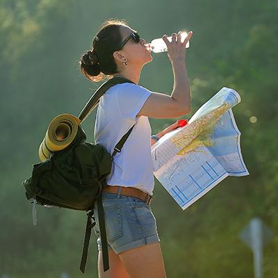 Turista beve acqua in bottiglia
