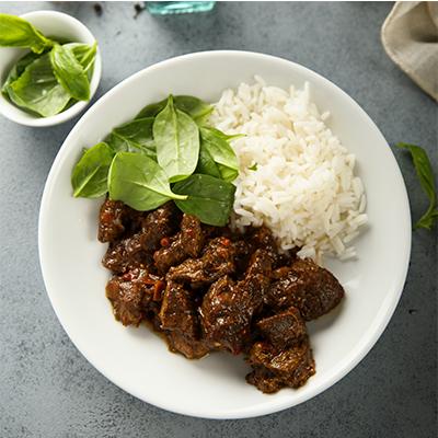 spinaci, riso e spezzatino di carne